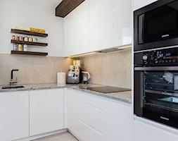 mieszkanie Warszawa, Gocław - Średnia biała kuchnia w kształcie litery l w aneksie z oknem, styl no ... - zdjęcie od Kameleon - Kreatywne Studio Projektowania Wnętrz - Homebook