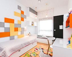 Mały biały pokój dziecka dla chłopca dla dziewczynki dla malucha, styl nowoczesny - zdjęcie od Kameleon - Kreatywne Studio Projektowania Wnętrz