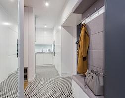 Mieszkanie Praga Południe - Średni biały hol / przedpokój, styl nowoczesny - zdjęcie od Kameleon - Kreatywne Studio Projektowania Wnętrz - Homebook