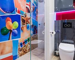 mieszkanie Ochota, Warszawa - Mała biała szara łazienka w bloku bez okna, styl nowoczesny - zdjęcie od Kameleon - Kreatywne Studio Projektowania Wnętrz