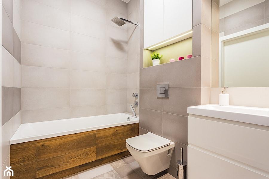 mieszkanie Warszawa, Mokotów - Średnia beżowa szara łazienka w bloku z oknem, styl nowoczesny - zdjęcie od Kameleon - Kreatywne Studio Projektowania Wnętrz