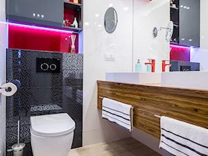 mieszkanie Ochota, Warszawa - Średnia biała czarna czerwona łazienka, styl nowoczesny - zdjęcie od Kameleon - Kreatywne Studio Projektowania Wnętrz