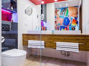 mieszkanie Ochota, Warszawa - Średnia biała czarna czerwona łazienka w bloku bez okna, styl nowoczesny - zdjęcie od Kameleon - Kreatywne Studio Projektowania Wnętrz