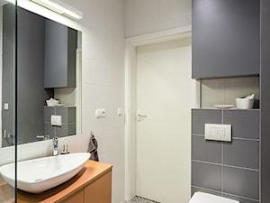 mieszkanie, Warszawa, Włochy - Mała biała kolorowa łazienka w bloku bez okna, styl nowoczesny - zdjęcie od Kameleon - Kreatywne Studio Projektowania Wnętrz