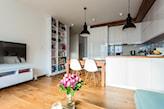 jasny salon z otwartą kuchnią