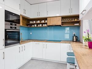 Mieszkanie Warszawa Wola 2 - Średnia zamknięta biała niebieska kuchnia w kształcie litery u z oknem, styl nowoczesny - zdjęcie od Kameleon - Kreatywne Studio Projektowania Wnętrz
