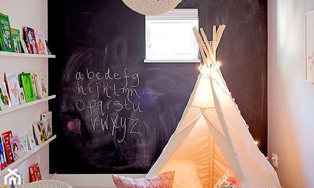 farba tablicowa w pokoju dziecka, biały namiot tipi