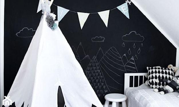 czarna farba tablicowa na ścianie, pokój dziecka na poddaszu, biały taboret, biało-czarny namiot tipi