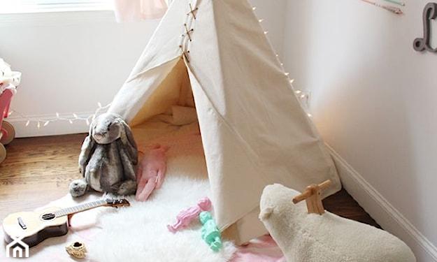beżowy namiot tipi, biały dywan, drewniana podłoga, białe ściany