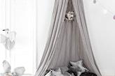 szary namiot w pokoju dziecka, srebrne poduszki gwiazdki, szara narzuta, białe cotton balls