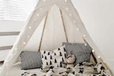 szary namiot do zabawy, poduszka w biało-czarne paski, biała narzuta w czarne wzory