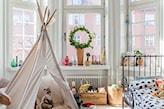 metalowa rama łóżka w pokoju dziecka, biały namiot tipi, pościel w serduszka