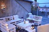 biała ławka z palet na kółkach