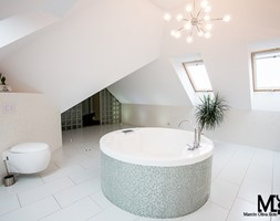 Dom w Mokronosie - Duża biała beżowa łazienka na poddaszu z oknem, styl eklektyczny - zdjęcie od BlueCat Studio