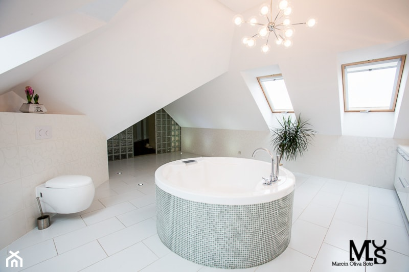 Aranżacje wnętrz - Łazienka: Dom w Mokronosie - Duża biała beżowa łazienka na poddaszu z oknem, styl eklektyczny - BlueCat Studio. Przeglądaj, dodawaj i zapisuj najlepsze zdjęcia, pomysły i inspiracje designerskie. W bazie mamy już prawie milion fotografii!