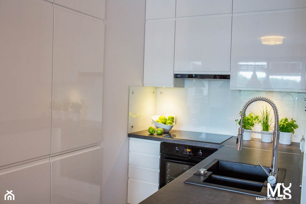 Mieszkanie Ogrody Hallera Wrocław - Mała biała kuchnia w kształcie litery u, styl industrialny - zdjęcie od BlueCat Studio - Homebook