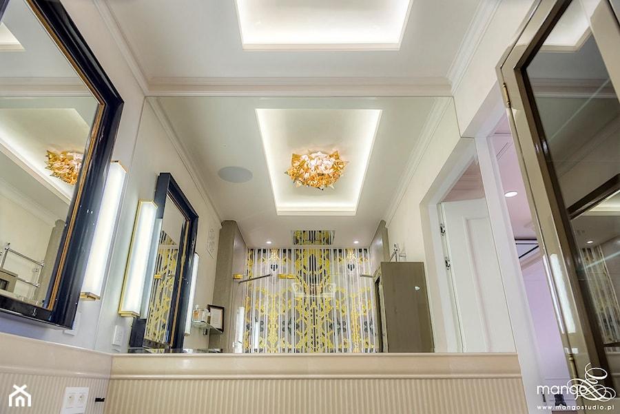 """Aranżacje wnętrz - Łazienka: APARTAMENT STYLOWY BIG - Średnia beżowa kolorowa łazienka w domu jednorodzinnym bez okna, styl klasyczny - MANGO STUDIO - projekty wnętrz & wykonawstwo """"POD KLUCZ"""" - ZASTĘPSTWO INWESTORSKIE - projekty wnętrz HoReCa - konsultacje . Przeglądaj, dodawaj i zapisuj najlepsze zdjęcia, pomysły i inspiracje designerskie. W bazie mamy już prawie milion fotografii!"""