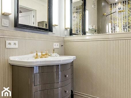 """APARTAMENT STYLOWY BIG - Mała biała łazienka na poddaszu w bloku w domu jednorodzinnym bez okna, styl klasyczny - zdjęcie od MANGO STUDIO - projekty wnętrz & wykonawstwo """"POD KLUCZ"""" - ZASTĘPSTWO INWESTORSKIE - projekty wnętrz HoReCa - konsultacje"""