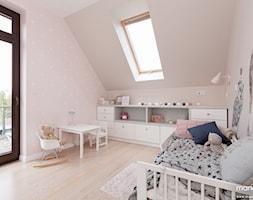"""2x POKÓJ DZIEWCZYNKI - domek w szafie - SŁODKIE I DZIEWCZĘCE - Średni beżowy pastelowy różowy pokój dziecka dla dziewczynki dla malucha, styl nowoczesny - zdjęcie od MANGO STUDIO - projekty wnętrz & wykonawstwo """"POD KLUCZ"""" - ZASTĘPSTWO INWESTORSKIE - projekty wnętrz HoReCa - konsultacje"""