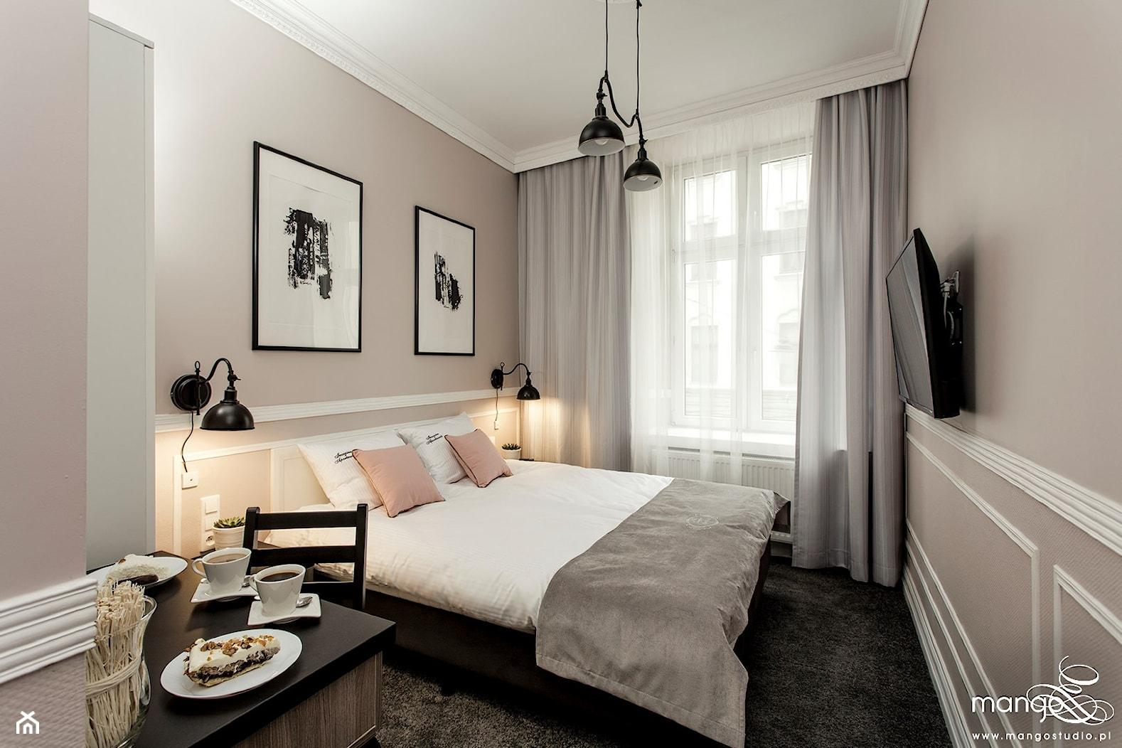 """Średnia szara sypialnia dla gości małżeńska, styl klasyczny - zdjęcie od MANGO STUDIO - projekty wnętrz & wykonawstwo """"POD KLUCZ"""" - ZASTĘPSTWO INWESTORSKIE - projekty wnętrz HoReCa - konsultacje - Homebook"""