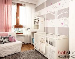 Ceglany Targówek - Średni biały szary pokój dziecka dla dziewczynki dla niemowlaka, styl nowoczesny - zdjęcie od HoH studio