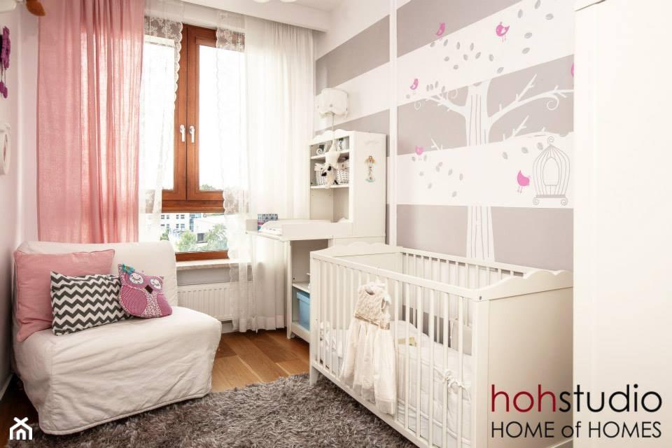 Ceglany Targówek - Średni biały szary pokój dziecka dla dziewczynki dla niemowlaka, styl nowoczesny - zdjęcie od HoH studio - Homebook