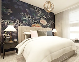 Piękna Praga - Mała biała czarna sypialnia małżeńska, styl klasyczny - zdjęcie od HoH studio - Homebook