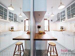 kuchnia w mieszkaniu w bloku z wielkiej płyty - zdjęcie od HoH studio