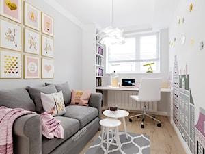 Kamienica na Mokotowie - Mały biały szary pokój dziecka dla dziewczynki dla ucznia dla nastolatka, styl klasyczny - zdjęcie od HoH studio