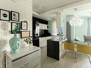 Z CEGŁĄ W TLE - Mała otwarta biała miętowa jadalnia w salonie, styl eklektyczny - zdjęcie od fajnyprojekt