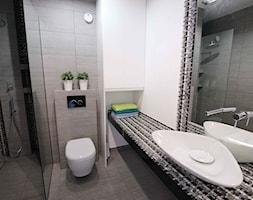 Z CEGŁĄ W TLE - Mała biała szara łazienka w bloku bez okna, styl nowoczesny - zdjęcie od fajnyprojekt