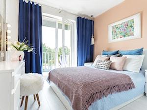 Kontrasty - Mała biała pomarańczowa sypialnia małżeńska z balkonem / tarasem, styl nowoczesny - zdjęcie od fajnyprojekt