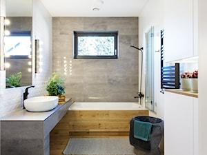 Dom z cegłą - Pszczyna - Średnia biała łazienka w bloku w domu jednorodzinnym z oknem, styl skandynawski - zdjęcie od fajnyprojekt