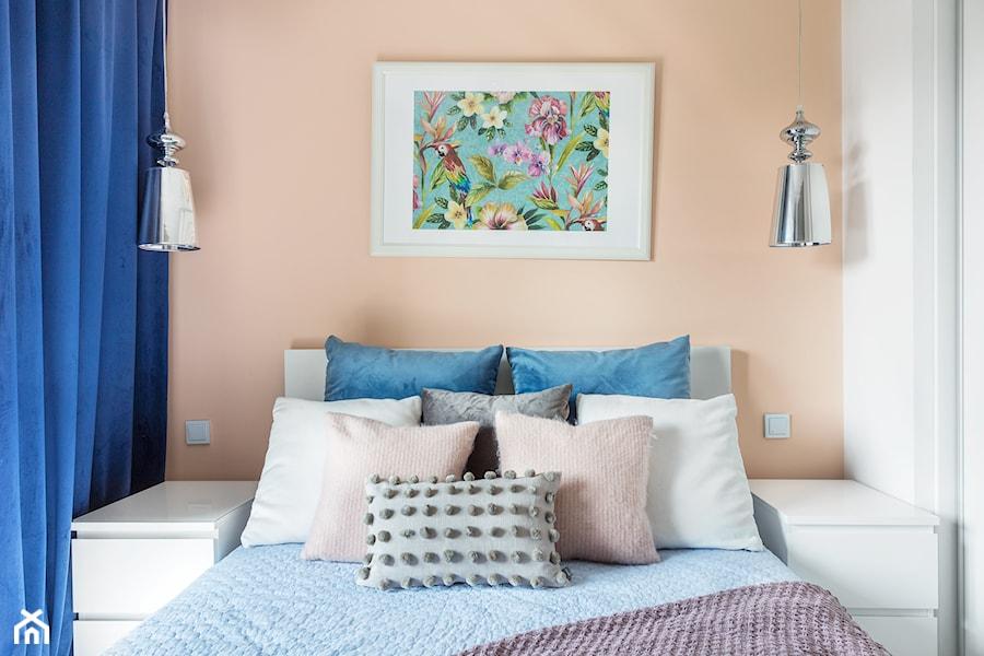 Kontrasty - Mała biała pomarańczowa sypialnia małżeńska, styl nowoczesny - zdjęcie od fajnyprojekt