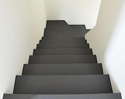 Dom na technicznie - Średnie wąskie schody zabiegowe wachlarzowe betonowe, styl nowoczesny - zdjęcie od AWUU