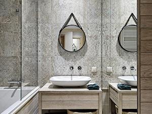 MIESZKANIE W SURFERSKIM STYLU - Mała beżowa łazienka w bloku jako salon kąpielowy bez okna, styl nowoczesny - zdjęcie od ZEN Interiors