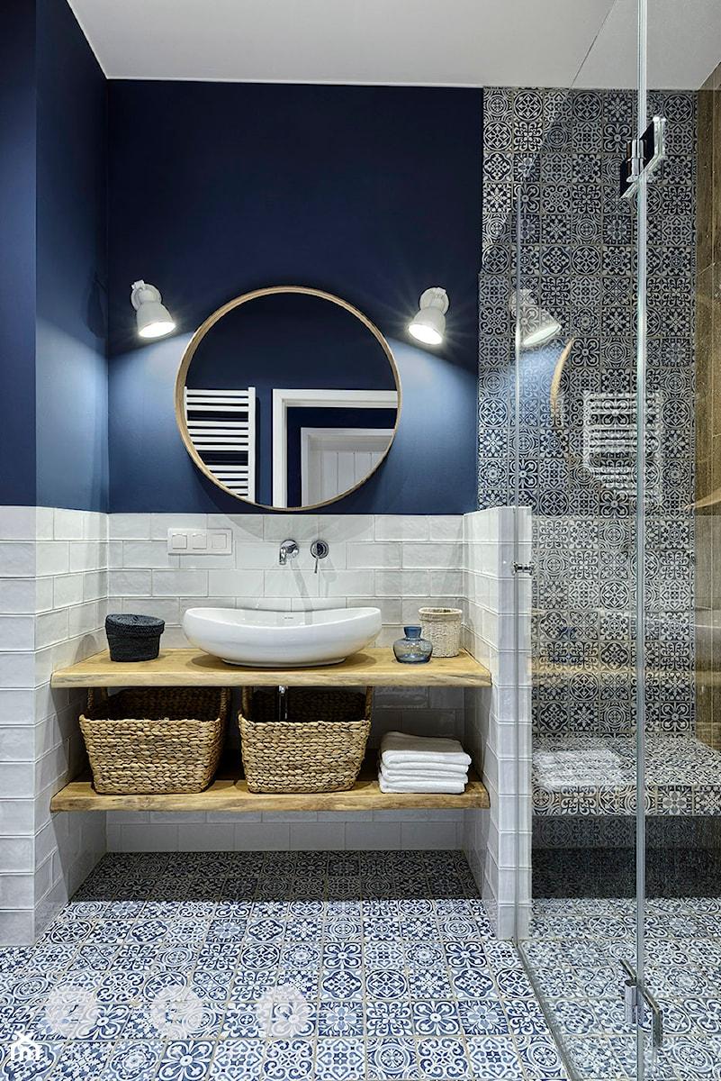 Aranżacje wnętrz - Łazienka: MIESZKANIE NA WILANOWIE - Mała niebieska łazienka w bloku w domu jednorodzinnym bez okna, styl rustykalny - ZEN Interiors. Przeglądaj, dodawaj i zapisuj najlepsze zdjęcia, pomysły i inspiracje designerskie. W bazie mamy już prawie milion fotografii!
