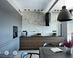 MIESZKANIE INDUSTRIALNE / WARSZAWA - Średnia otwarta szara kuchnia w kształcie litery l w aneksie z oknem, styl industrialny - zdjęcie od ZEN Interiors