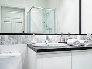 TANIA PRZEMIANA MIESZKANIA - Średnia biała łazienka w bloku w domu jednorodzinnym bez okna, styl klasyczny - zdjęcie od ZEN Interiors