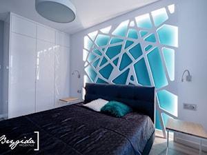 Mieszkanie z turkusem - Średnia biała szara niebieska sypialnia małżeńska, styl nowoczesny - zdjęcie od Brygida Projektuje