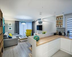 Mieszkanie z turkusem - Mały szary salon z kuchnią, styl nowoczesny - zdjęcie od Brygida Projektuje