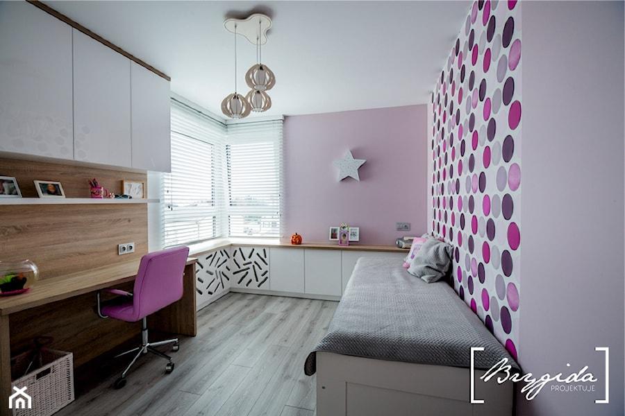 Mieszkanie z turkusem - Średni biały fioletowy pokój dziecka dla chłopca dla dziewczynki dla ucznia dla nastolatka, styl nowoczesny - zdjęcie od Brygida Projektuje
