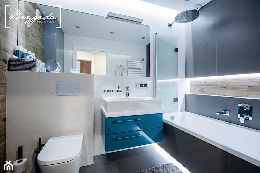 Mieszkanie z turkusem - Średnia łazienka w bloku w domu jednorodzinnym bez okna, styl nowoczesny - zdjęcie od Brygida Projektuje