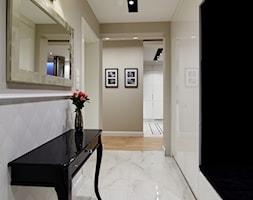 Mieszkanie z nutą klasyki - Średni biały beżowy hol / przedpokój, styl nowojorski - zdjęcie od Brygida Projektuje