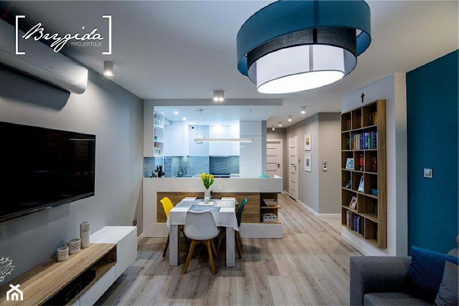 Mieszkanie z turkusem - Mały szary niebieski salon z kuchnią z jadalnią, styl nowoczesny - zdjęcie od Brygida Projektuje