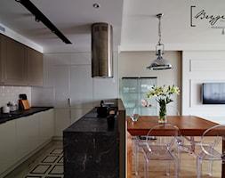 Mieszkanie z nutą klasyki - Mała otwarta biała beżowa jadalnia w kuchni, styl klasyczny - zdjęcie od Brygida Projektuje