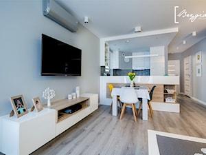 Mieszkanie z turkusem - Mały szary salon z kuchnią z jadalnią, styl nowoczesny - zdjęcie od Brygida Projektuje