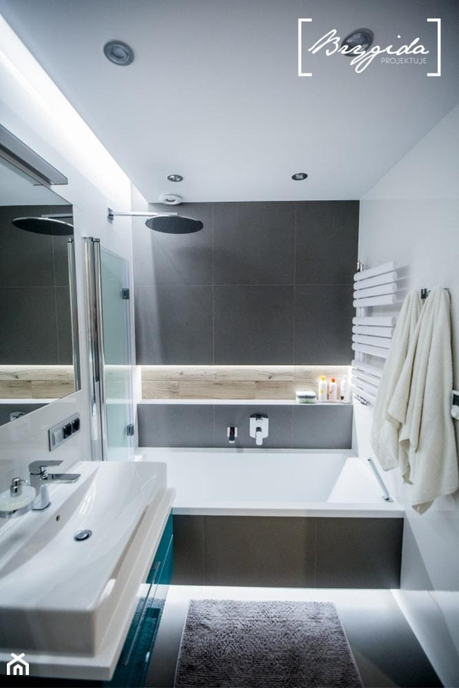 Mieszkanie z turkusem - Mała biała szara łazienka w bloku w domu jednorodzinnym bez okna, styl skandynawski - zdjęcie od Brygida Projektuje