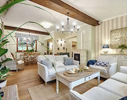 METAMORFOZA DOMU NA WZGÓRZU - Średni szary salon z jadalnią - zdjęcie od DreamHouse - Homebook