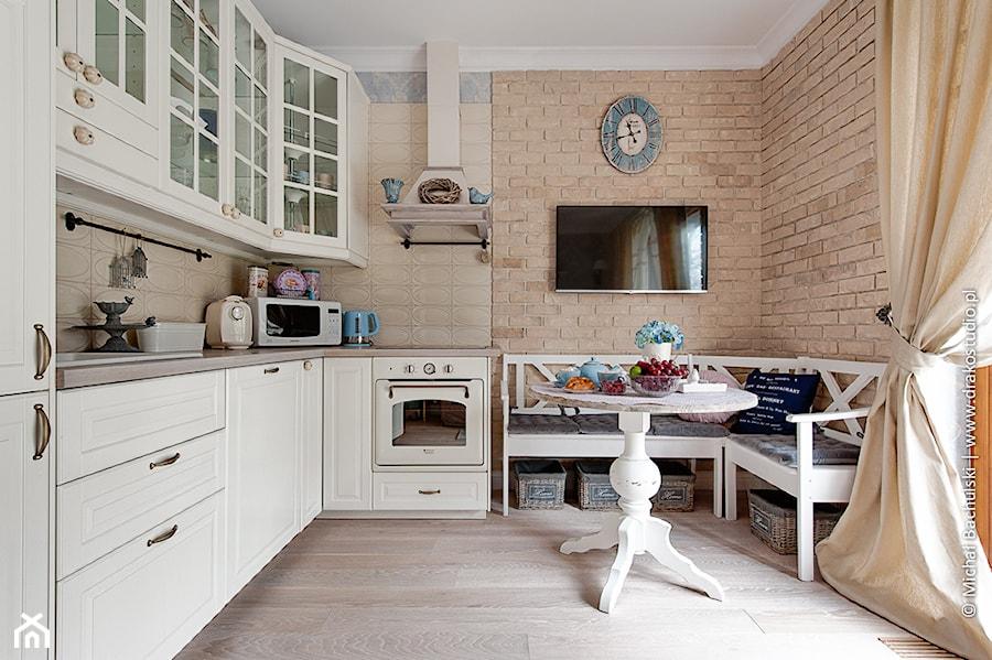 Francuski zakątek 😉  Średnia otwarta kuchnia w kształcie litery l, styl pro   -> Kuchnia Retro Do Zabudowy